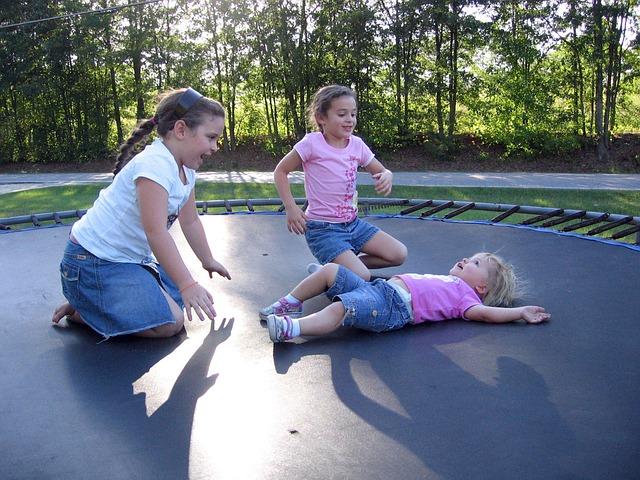 Sjov og sund leg med en Berg trampolin
